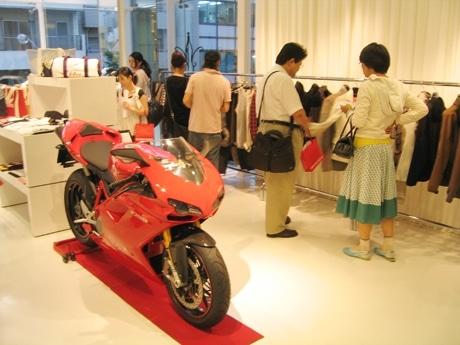 「SHINICHIRO ARAKAWA(2)」店内の様子