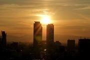 名古屋駅前・高層ビルの間に落ちる夕日-年に2回の眺望、間もなく