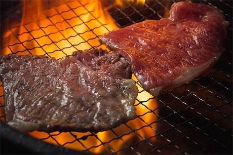 炭火で焼く「一升びん」の肉