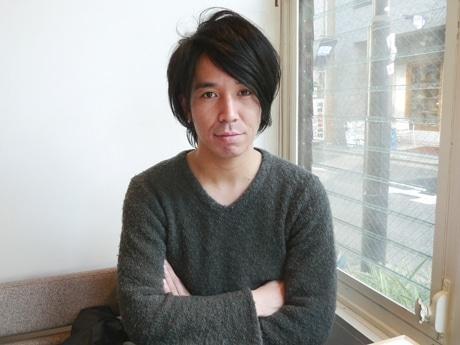 サカエ経済新聞の取材に答える「the ARROWS(アロウズ)」のボーカル、坂井竜二さん
