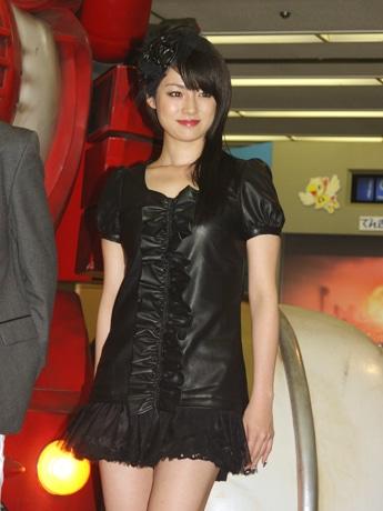「ヤッターワン」の前で微笑む深田恭子さん。©2008タツノコプロ/ヤッターマン製作委員会