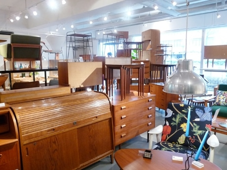 修理前の家具類が所狭しと置かれている店内