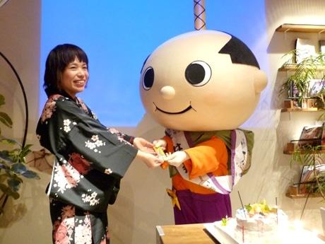 愛知侍プロジェクトの堂原有美さんと、応援にかけつけた「はち丸」