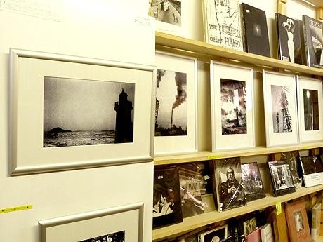 セレクトブックショップ「ワンオンワン」内で開催しているスズキヒデアキさん作品展