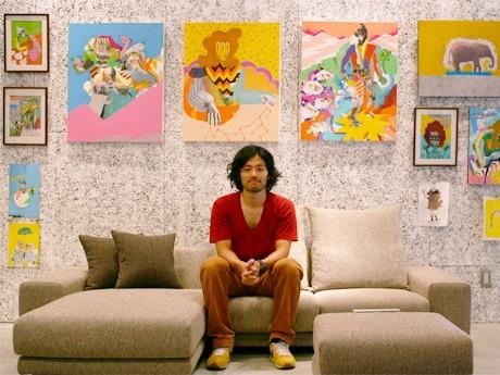 「NOyes」の壁に展示された自身の作品とナガオヨウさん