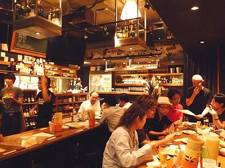 海外の居酒屋をイメージした落ち着きのある「BOKUMO」店内