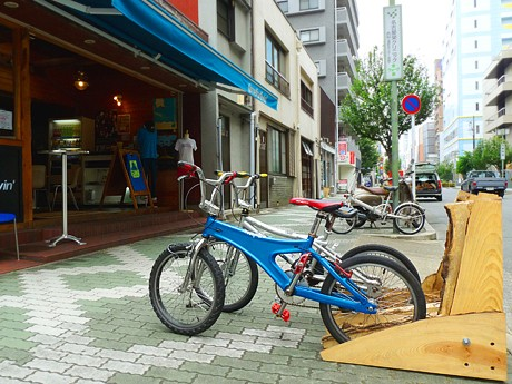 タイムフォーリヴィン前に設置された「木製」自転車ラック