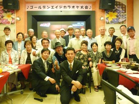 カラオケ大会に参加した元気な笑顔の参加者ら