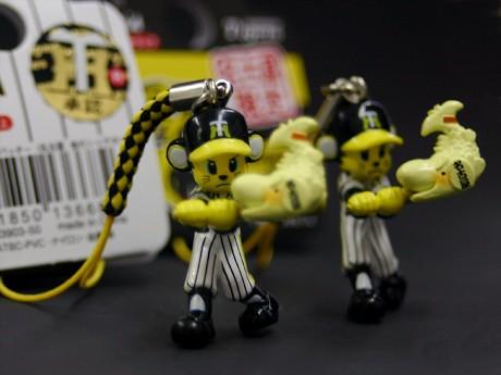 名古屋限定グッズの金シャチを打つ「トラッキー」