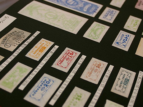 展示されている鉄道や市電の切符や回数券、定期券など