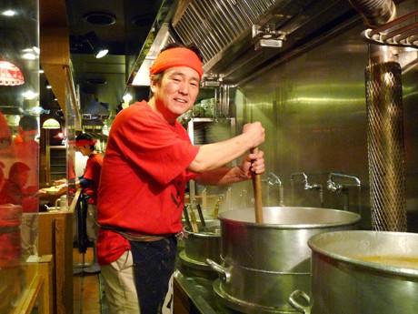 写真=「麺や 六三六」オーナーの柴田和彦さん。店舗オープンのため大阪から名古屋に「出張中」