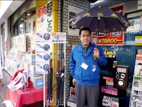 店頭に置かれている話題の「戦国武将傘」と山茂店長