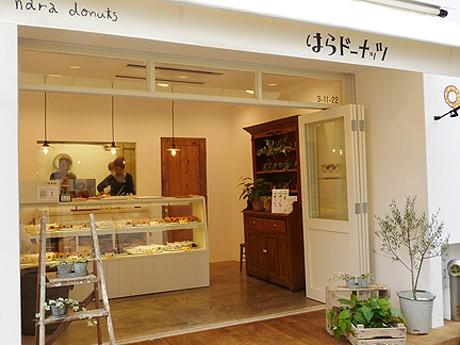 「はらドーナッツ名古屋栄店」。カウンター後ろのガラス越しにドーナツを揚げている姿を見ることができる