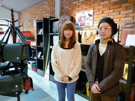 MODECOデザイナーの水野里美さん(左)と藤谷信之さん(右)