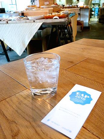水と一緒に配布される「TAP PROJECT」のリーフレット