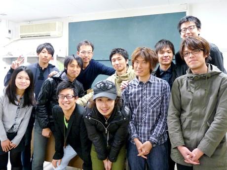 「産学官連携オープンゼミ」を手がけるみなさん。手前左から、磯貝祐介さん(ZIP-FM)、水野浩行さん(MODECO)、伊藤研究室学生の山本さん、春日さん、中左から内木さん、坂井さん、富田さん、高橋さん、金子さん、奥左から金丸さん、伊藤准教授