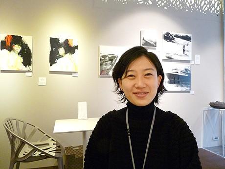 愛知県立芸術大学出身のチェ・ユンジョンさん。AG cafeでキュレーターを務める