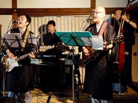 左から佐々木賢祐さん(ギター・ボーカル)、加藤一尊さん(キーボード・コーラス)、伊藤修さん(ギター・ボーカル)、寺西伊久夫さん(ウッドベース・コーラス)