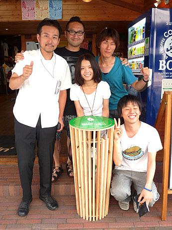 timeforlivin'前に設置された「なごやかさ」ラック。左から伊藤准教授、TFLの武山さん、研究室の内木さん、山本さん、金子さん