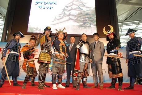 7月6日、セントレアで行われた記者発表の様子。中部国際空港社長・川上博さん(左から4人目)も甲冑姿で登場した。(C)テレビ愛知