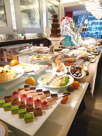 名古屋東急ホテル「コーヒーハウス モンマルトル」のデザート&サラダブッフェのようす