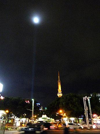名古屋テレビ塔の横に空まで伸びる池田亮司さんの光