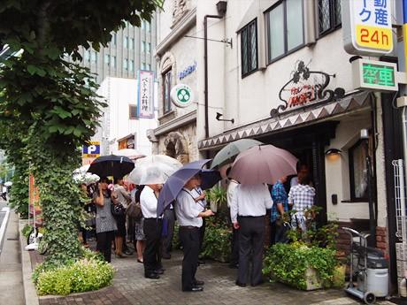 雨にもかかわらず、大勢の人が「カレーのMORI」最終日に詰めかけた