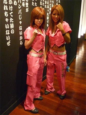 ピンクの特攻服を身にまとった女性ホールスタッフ「トッコー娘」