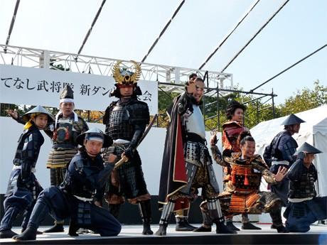 新ダンスを披露する「名古屋おもてなし武将隊」