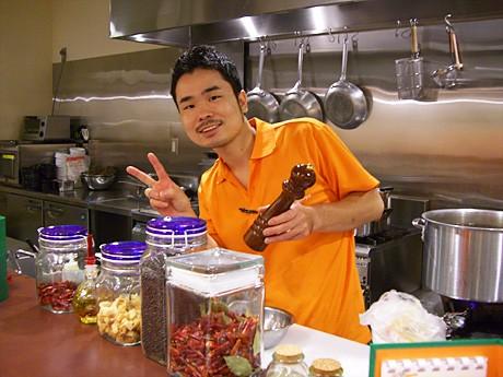 笑顔をみせる「Leggen Nagoya」店長でシェフの大桑さん