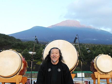 10月24日、市民らとともに「千人太鼓」を行う喜多郎さん © Hideo Nakajima