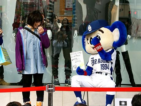 名古屋パルコでファッションチェックを筆談で行ったドアラ