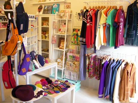 カラフルな商品が並ぶ店内の様子