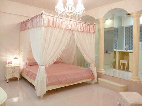 「プリンセス姫ラグジュアリースイート」の「お姫さま空間」を演出する天蓋ベッド