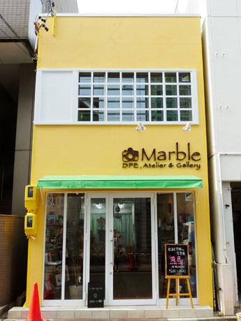 鮮やかな黄色い壁が目を引く「マーブル」外観