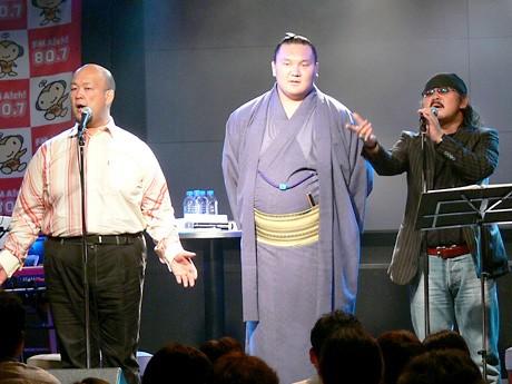 小田純平さん(右)、大至さん(左)が歌う「天運」に合わせ口ずさむ白鵬関