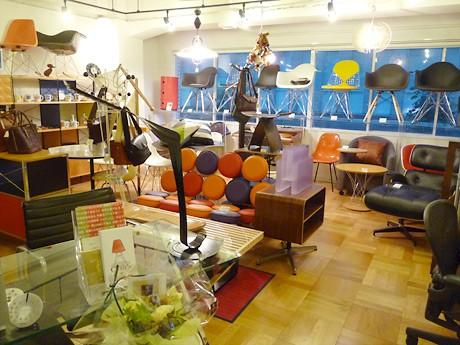 ミッドセンチュリーの家具が並ぶ店内の様子