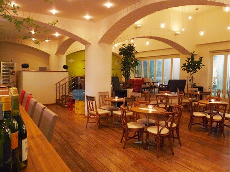 リニューアルオープンした「CAFE & KITCHEN BAR MALKA」店内の様子