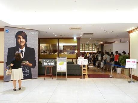 名古屋パルコ西館8階「キャッツガーデン」店舗前の様子。右手には入場待ちの行列も