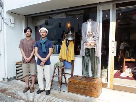 古着とアンティーク雑貨「カーニバル」店長の岩井さん(右)とスタッフの吉田さん(左)