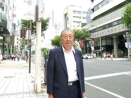 大津通りに立つ南大津通町内会会長の勝田明さん