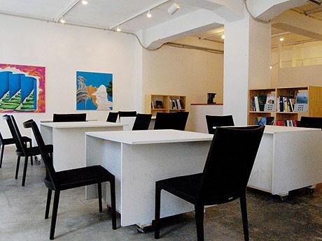 「アートラボあいち」1階のトリエンナーレ情報スペース