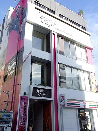 クマの大胆なイラストが目を引く「KUMA Cafe 栄店」外観