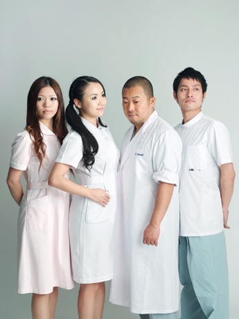 メンバー全員が医療関係者で構成されている「Heartful Hospital」ステージ衣装も白衣