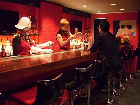 シャアのイメージカラーでもある赤色で統一された「クワトロ・バジーナ」店内の様子