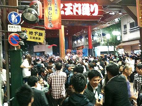 優勝が決定した直後の大須商店街「ふれあい広場」の様子