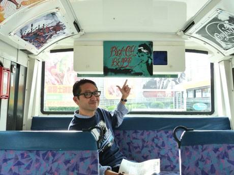 「栄4~5丁目散歩廻」がプロデュースした「ちょい乗りバス」を紹介する武山匡哉さん