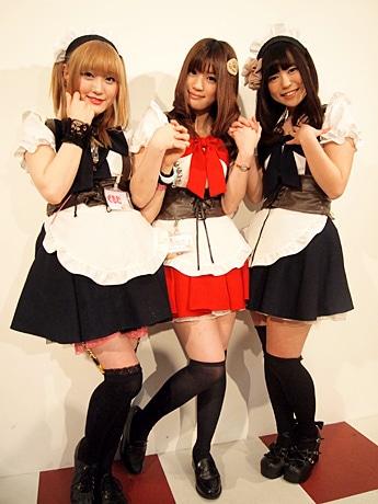左から、くるむさん、うたこさん、らんかさん。うたこさんが着用しているのが、バレンタイン限定衣装
