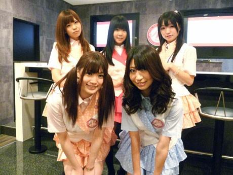 「A.i cafe」キャストのみなさん。奥左から雛田優花さん、石井翔子さん、篠崎舞奈さん、手前左から高崎聖子さん、山下もえさん