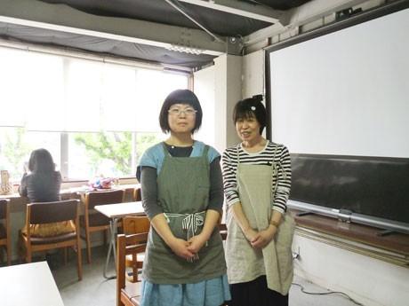 シアターカフェを運営する江尻真奈美さん(右)と林緑子さん(左)